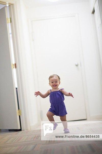 Kleinkind Mädchen lernt laufen