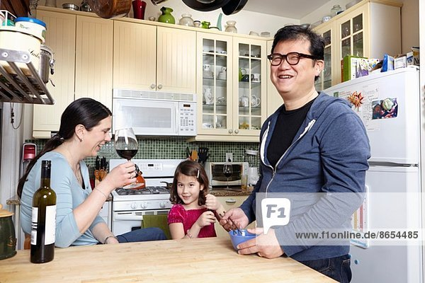 Erwachsenes Paar in der Küche mit kleiner Tochter