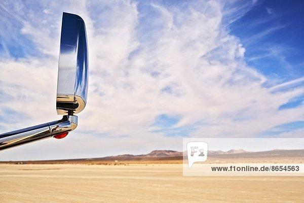 Blick auf Autoaußenspiegel und trockene Landschaft