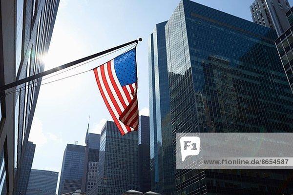 Amerikanische Flagge und Bürogebäude  Manhattan  New York  USA