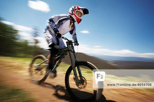 Weibliche Mountainbikerin auf der Piste