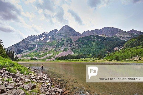 Mittlere erwachsene Frau beim Paddeln im Mountain River  Aspen  Colorado  USA