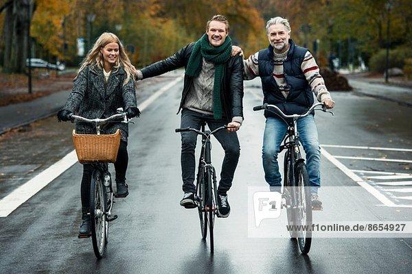 Fahrradfreunde auf der Straße