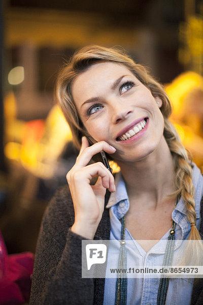 Frau mit Handy beim Telefonieren