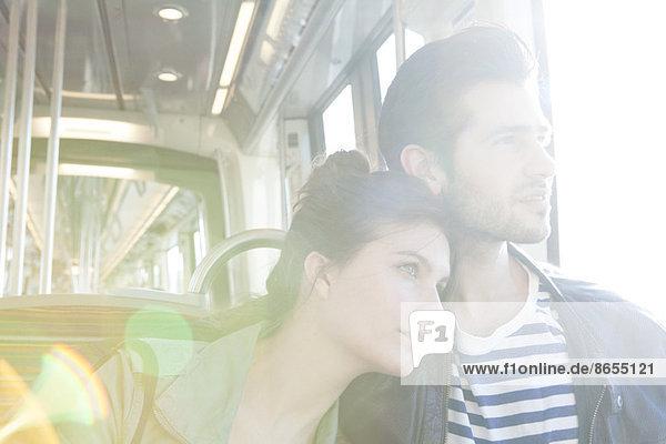 Paar fahrender Zug zusammen  aus dem Fenster schauend Paar fahrender Zug zusammen, aus dem Fenster schauend