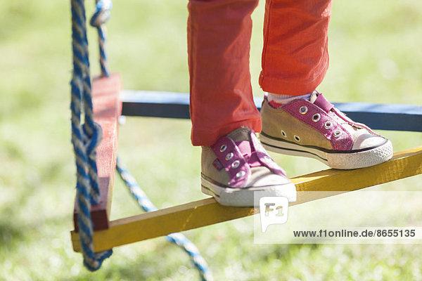 Kind auf Schaukel stehend  niedrige Sektion