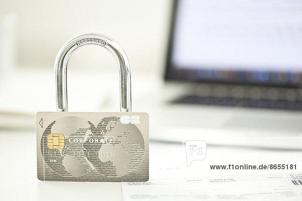 Kreditkarte und Schloss für die Sicherheit im Internet