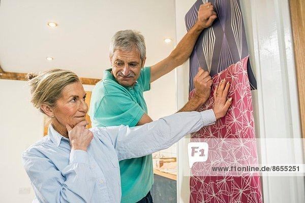 Senior Paar Entscheidung über die Tapete