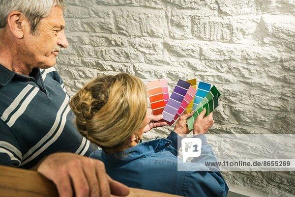 Seniorenpaar mit Farbkarten