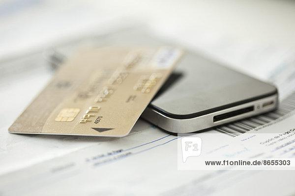 Kreditkarte ruht auf dem Smartphone