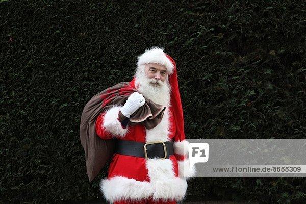Weihnachtsmann mit Sack über der Schulter