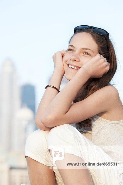 Preteen Mädchen Tagträumen im Freien  Porträt