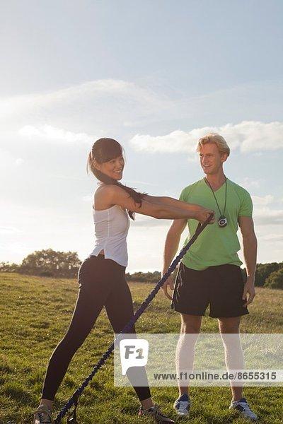 Personal Trainerin und Klientin bei Stretchübungen