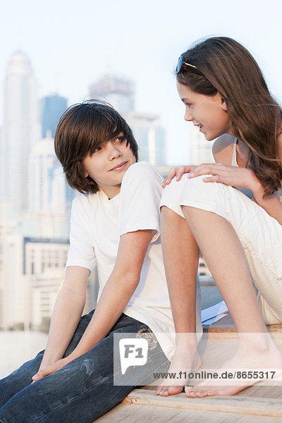 Bruder und Schwester beim gemeinsamen Gespräch im Freien