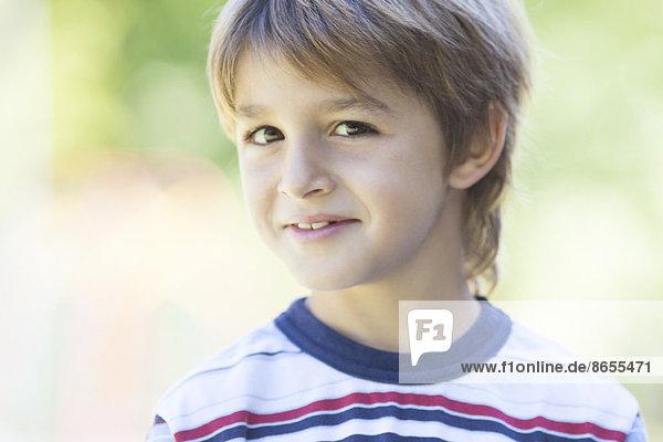Junge im gestreiften Hemd