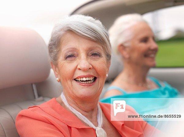 Zwei ältere Frauen fahren im Cabriolet