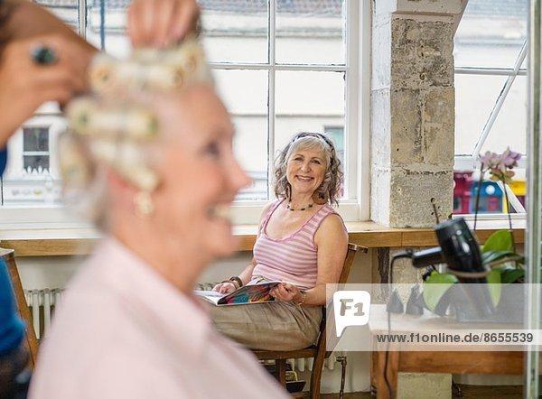 Seniorinnen beim Friseur