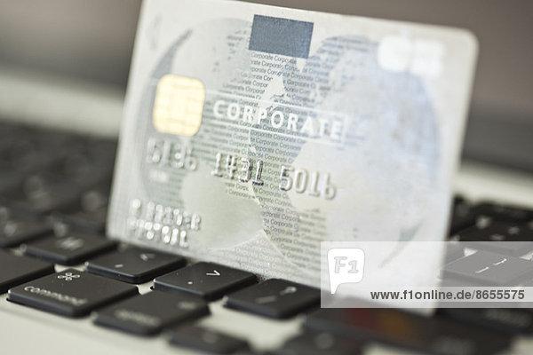 Kreditkarte  die auf der Laptop-Tastatur ruht