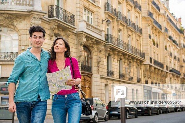 Junges Paar mit Karte  Paris  Frankreich