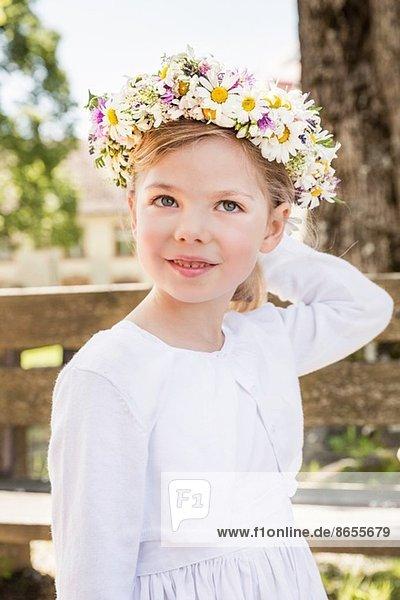 Porträt der jungen Brautjungfer mit Blumenkopfbedeckung