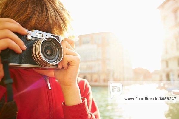 Junge erkundet mit der Kamera  Venedig  Italien Junge erkundet mit der Kamera, Venedig, Italien