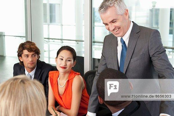 Besprechung des Geschäftsteams im Amt