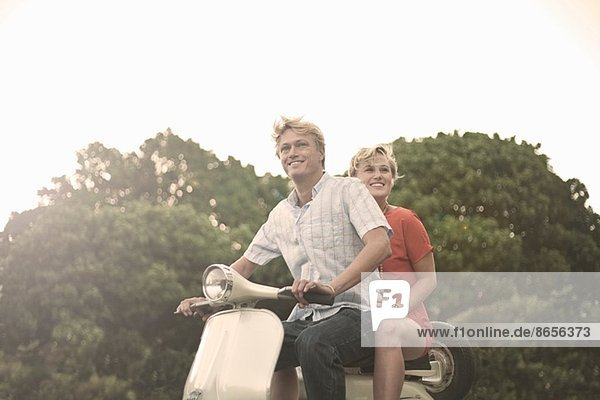 Junges Paar beim Mopedfahren
