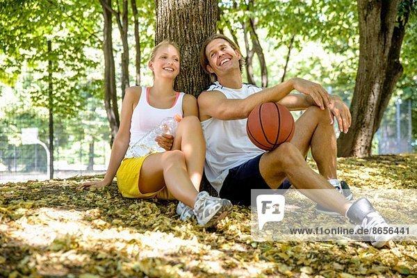 Basketball-Paar macht Pause im Park