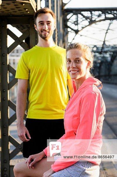 Porträt junger Läuferinnen und Läufer auf der Brücke