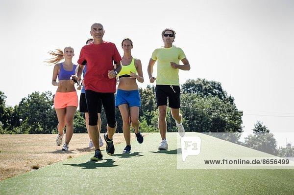 Reife Trainerin mit Erwachsenengruppe