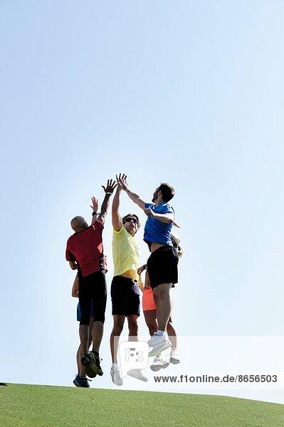 Reife Trainerin feiert mit Erwachsenengruppe