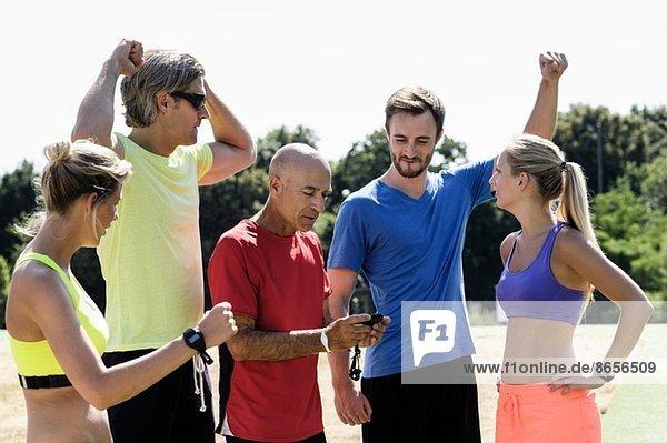 Reife Trainerin feiert Timing mit Erwachsenengruppe