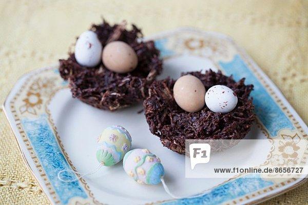 Stilleben von Schokoladen-Ostereiern in Schokoladennestern Stilleben von Schokoladen-Ostereiern in Schokoladennestern