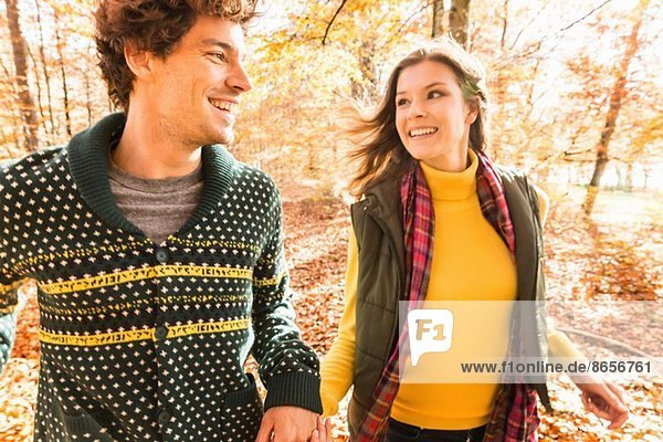 Paar hält sich an den Händen  lächelnd