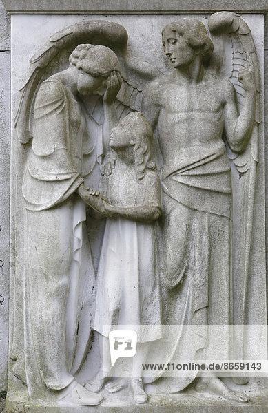 Engel mit Mutter und Kind auf einem Grabstein  Melatenfriedhof    Nordrhein-Westfalen  Deutschland