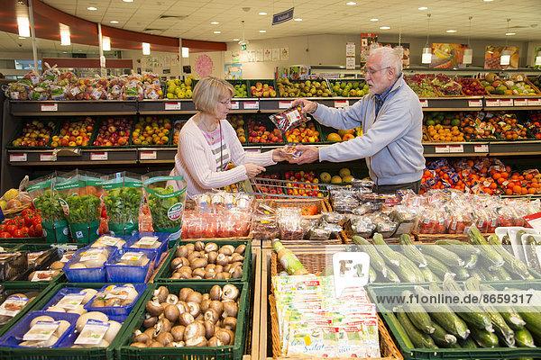 Seniorenpaar beim Einkaufen im Supermarkt  Obst und Gemüse  Deutschland