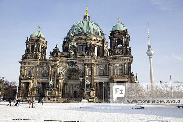 Berliner Dom und der Fernsehturm im Winter  Berlin  Deutschland