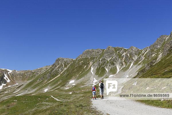Wanderer am Gafierjoch  Schafberg bei Gargellen  Montafon  Rätikon  Vorarlberg  Österreich