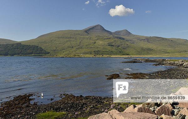 Meeresbucht mit Munro  Argyll  Isle of Mull  Schottland  Großbritannien