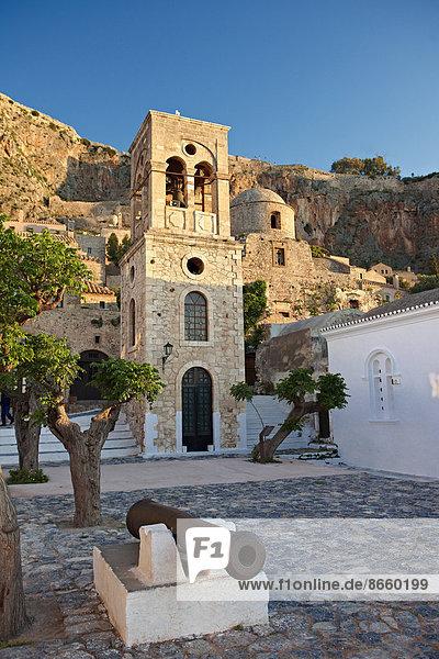 Hauptplatz der Unterstadt mit dem Glockenturm der byzantinischen griechisch-orthodoxen Kirche Christi Elkomenos  Monemvasia  Peloponnes  Griechenland
