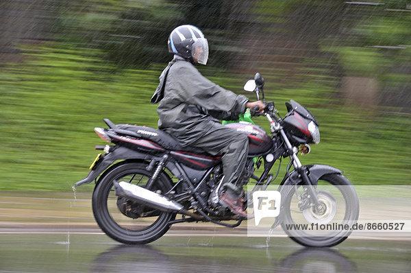 Motorrad bei starkem Regen  Sri Lanka
