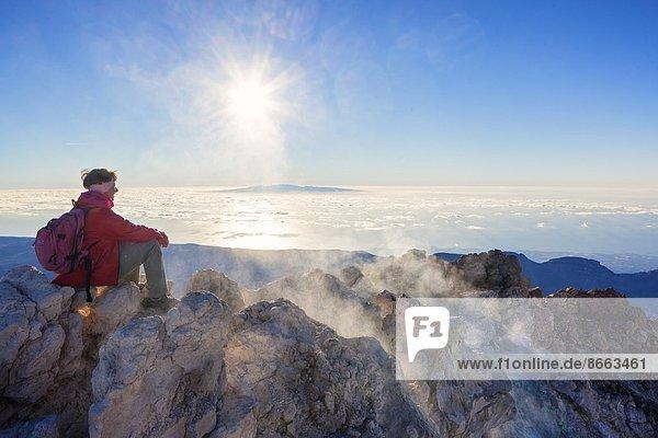 Frau am Morgen am Pico del Teide  Teneriffa  Spanien