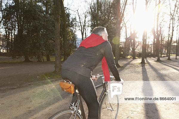 Senior fährt Fahrrad