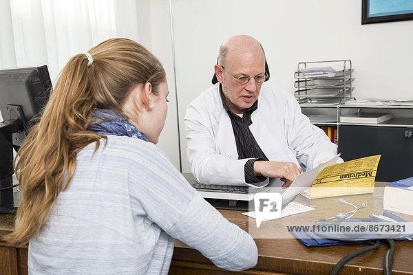 Arztpraxis  Internist bespricht mit einer jungen Patientin den Befund  Deutschland