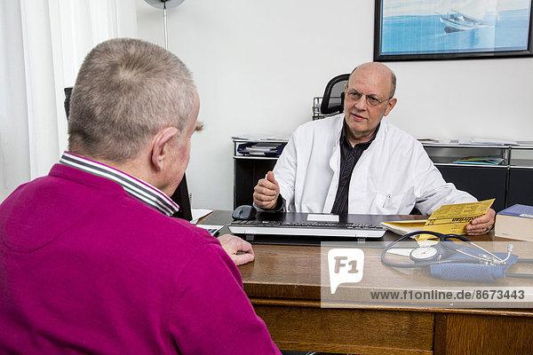 Arztpraxis  älterer Patient im Gespräch mit seinem Hausarzt  Deutschland