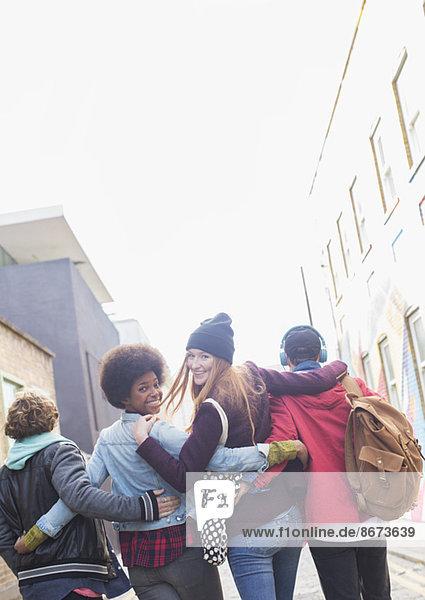 Freunde  die zusammen auf der Stadtstraße spazieren gehen.
