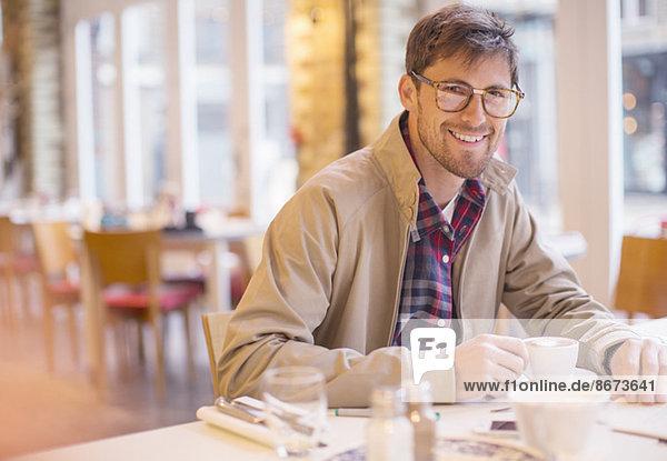 Mann genießt Tasse Kaffee im Cafe