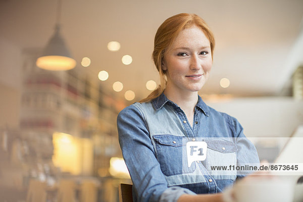 Frau mit Menü im Café