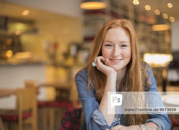 Frau lächelt im Café