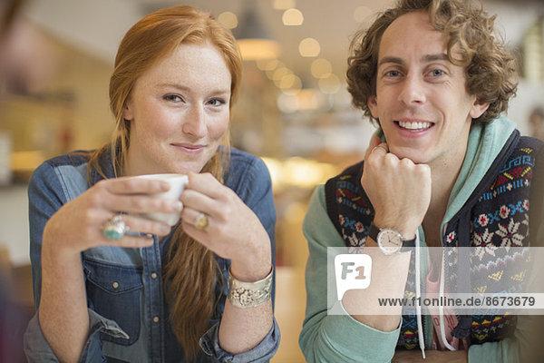 Paar lächelt zusammen im Cafe